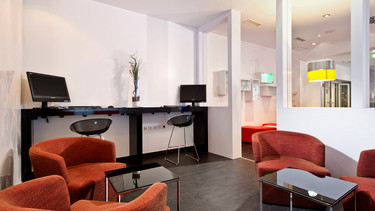 Business lounge with computers and armchairs in Düsseldorf City Centre Hotel | © Wyndham Garden Düsseldorf City Centre Königsallee
