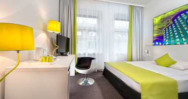 Standard double room with green interior in Düsseldorf City Centre Königsallee Hotel | © Wyndham Garden Düsseldorf City Centre Königsallee